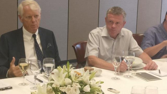 """""""עוד אספקטים"""". פאבורג-אנדרסן לצדו של ראש מדור פוליטיקה ועיתונות מארק גלגר ()"""