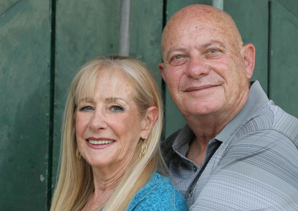 רבקה קרסנובסקי (71), בעלת מפעל הגלידה I Scream, עם בעלה שלומי (72). לזוג ארבעה ילדים ו-11 נכדים והם גרים בגדרה (צילום: אביגיל עוזי)