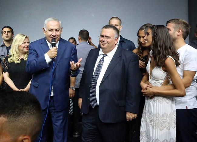 ראש הממשלה מברך את הזוג הטרי (מוטי קמחי)