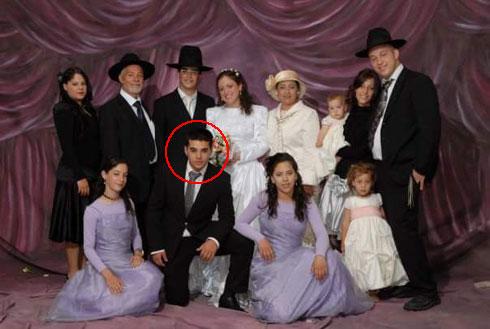 """מוטי לסרי (מסומן בעיגול) עם משפחתו החרדית. """"לא הסתדרתי עם ההורים"""" (צילום: ליאור סויסה)"""