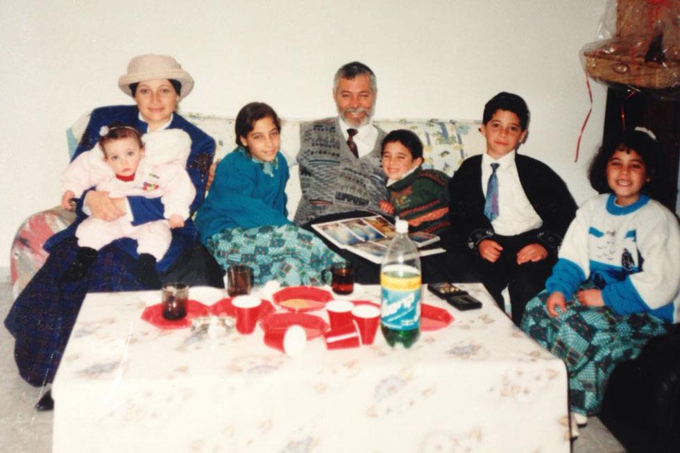 """בילדותו (שלישי מימין) עם ההורים והאחים החרדים. """"ללמוד בבית ספר חרדי זה פספוס, כי לא גדלתי עם בנות"""" (צילום: ליאור סויסה)"""