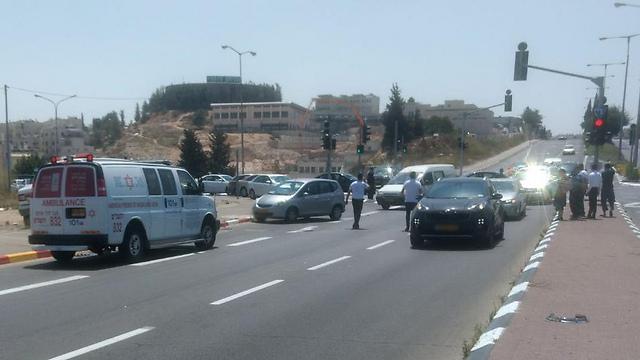 """התאונה בירושלים. פעולות החייאה במקום (צילום: תיעוד מבצעי מד""""א)"""