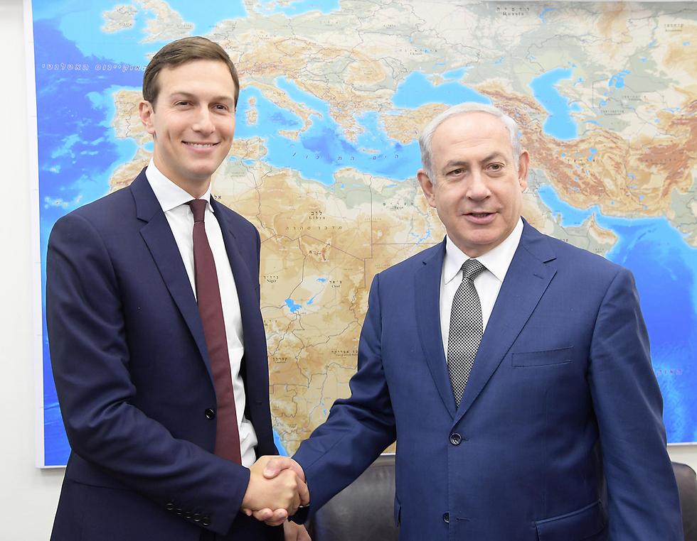 """שליחו של הנשיא למזרח התיכון עדיין לא הביא להתקדמות בהליך השלום באזור. ראש הממשלה נתניהו וחתנו של טראמפ קושנר (צילום: עמוס בן גרשום, לע""""מ)"""