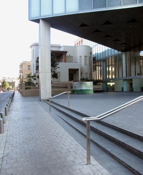 רחבת מגדל הבנק הבינלאומי בשדרות רוטשילד. נטושה, לפחות פתוחה (צילום: נעמה ריבה)