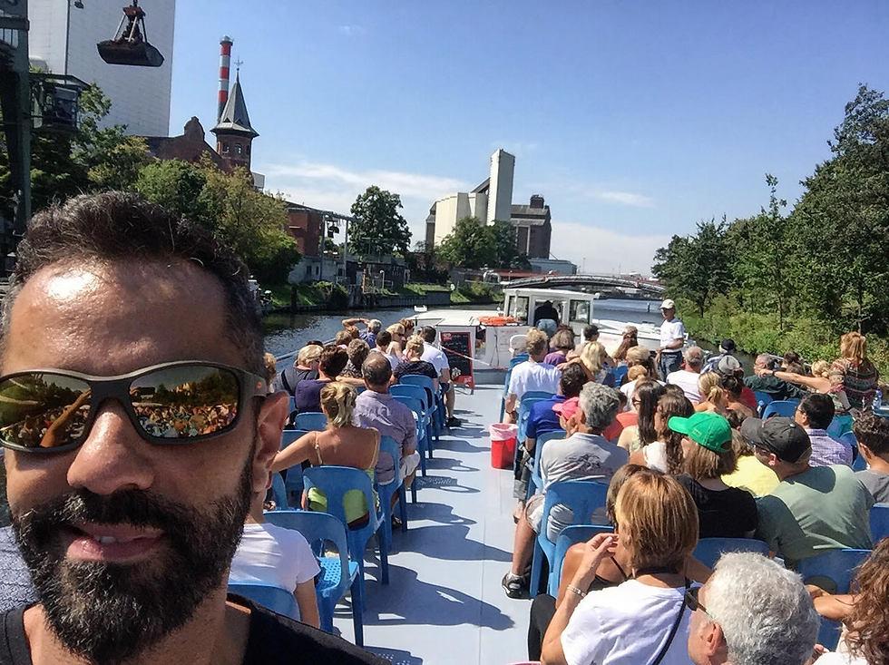 חזי בשייט על הנהר בברלין (צילום: חזי מנע)