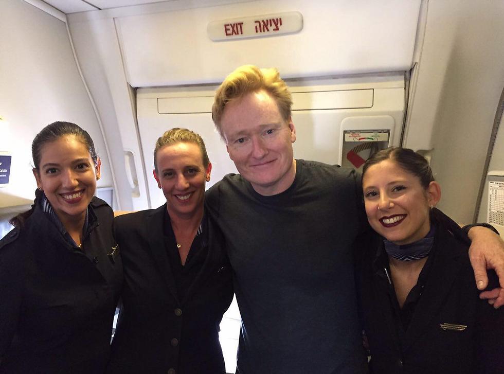 Conan and the El-Al flight crew (Photo: Uli Erez) (Photo: Uli Erez)