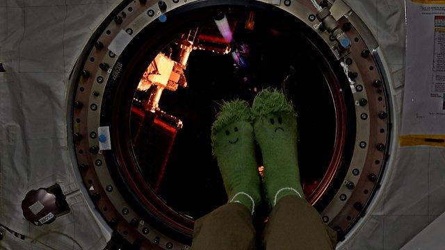 """לא משעמם שם למעלה. הגרביים של האסטרונאוט ג'ק פישר (צילום: פאולו נספולי, נאס""""א)"""