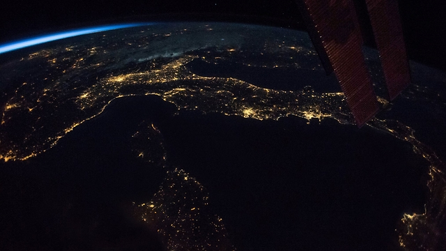 """איטליה בחושך (צילום: פאולו נספולי, נאס""""א)"""