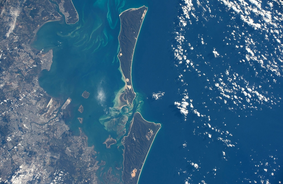 """האיים שממזרח למדינת קווינסלנד באוסטרליה, סמוך לבריזבן (צילום: פאולו נספולי, נאס""""א)"""