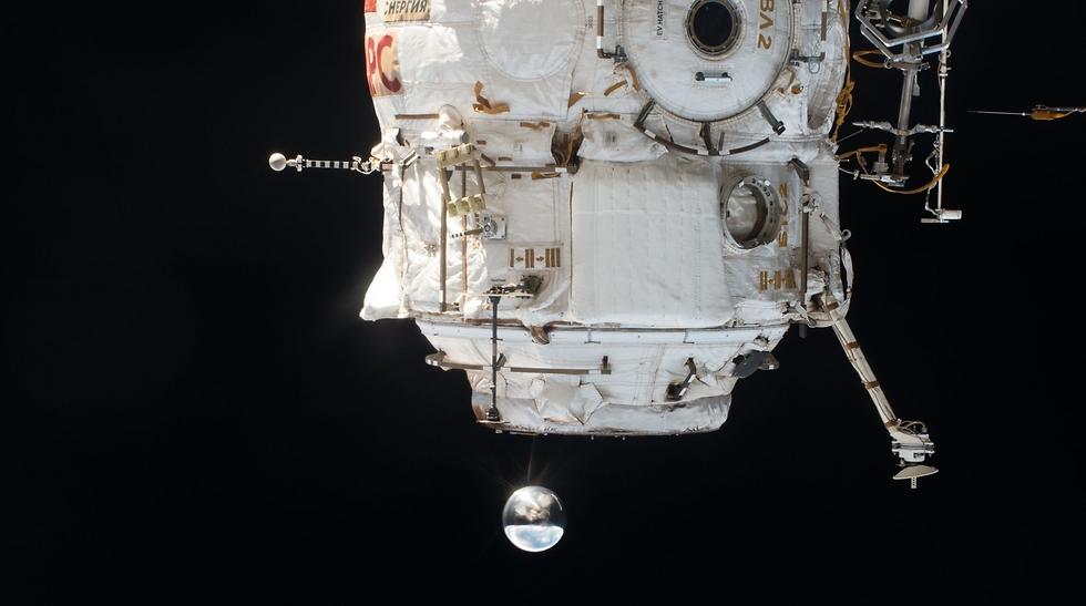"""שחרור לוויין לחלל מתחנת החלל הבינלאומית (צילום: פאולו נספולי, נאס""""א)"""