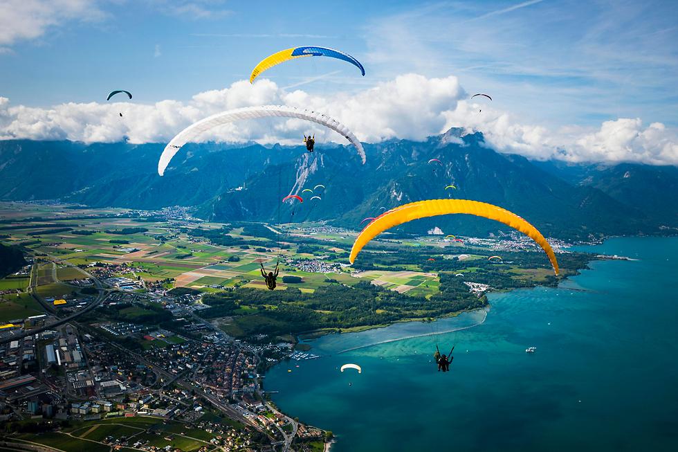 מצנחי רחיפה מעל אגם ז'נבה, שווייץ (צילום: EPA)