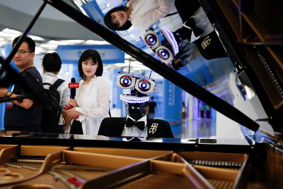 רובוט מנגן בפסנתר ושר בכנס רובוטיקה עולמי בבייג'ינג, סין (צילום: רויטרס)