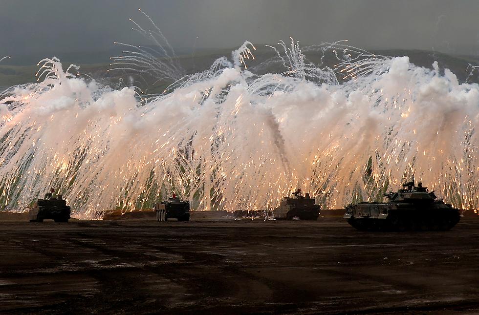 צבא יפן מתאמן באש (צילום: רויטרס)