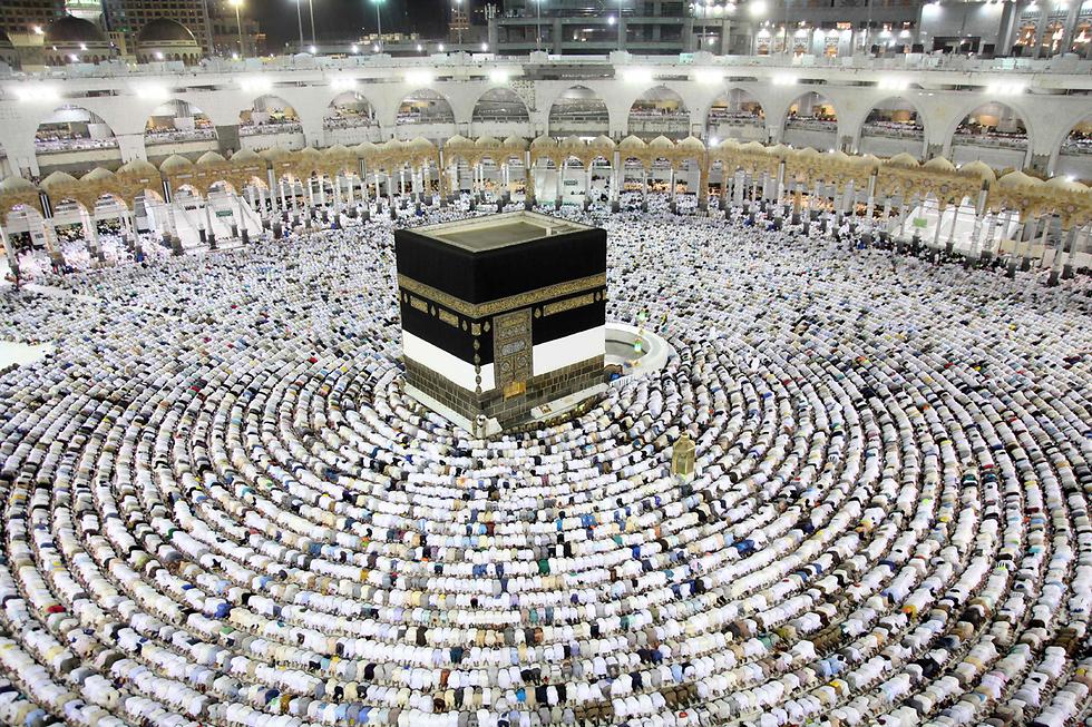 מוסלמים מתפללים בכעבה במכה, סעודיה (צילום: AFP)