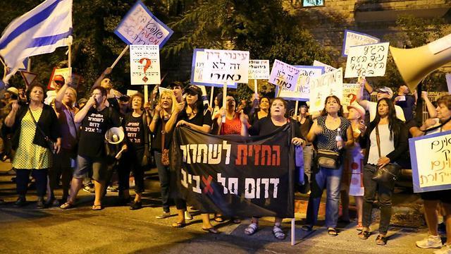 המפגינים מחוץ לביתה של נאור (צילום: מתי עמר, TPS)
