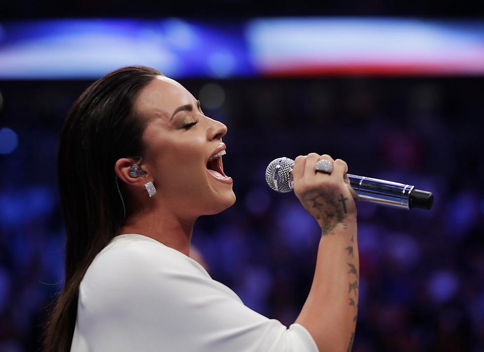 שרה את ההמנון האמריקני. דמי לובאטו (צילום: AP) (צילום: AP)