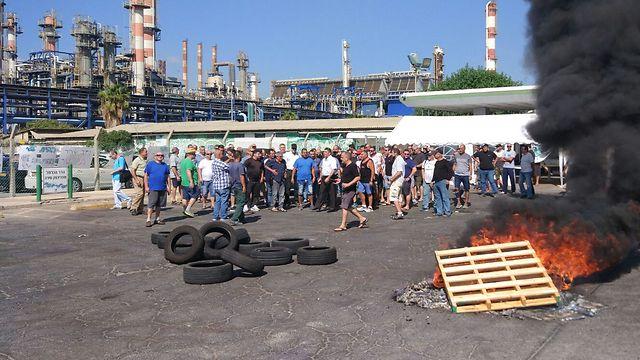 עובדי חיפה כימיקלים צפון בכניסה למפעל (צילום: כוח לעובדים) (צילום: כוח לעובדים)