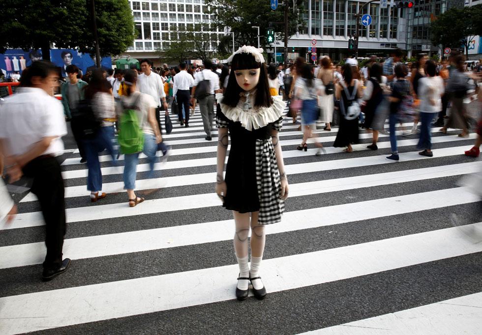 """""""הרבה אנשים מזהים בפרויקט שלי פטישיזם, אבל עבורי זו בסך הכול אופנה"""", אומרת המעצבת היטומי קומאקי  (צילום: רויטרס)"""