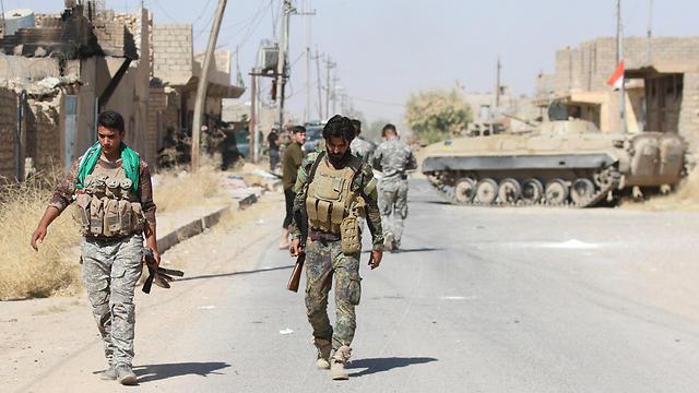 Members of Iraqi Shiite militia troops advance towards the center of Tal Afar (Photo: EPA)