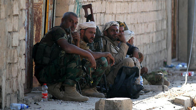 Members of Iraqi Shiite militia troops take a rest at the center of Tal Afar (Photo: EPA)