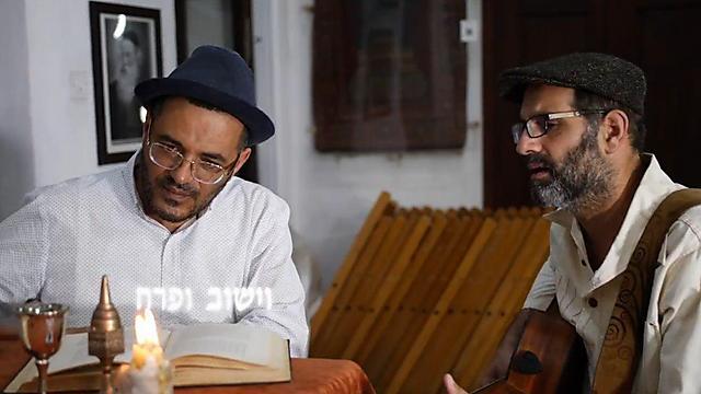 יוני גנוט ואילן דמרי מנגנים על שולחנו של הרב קוק (צילום: רועי גולן)