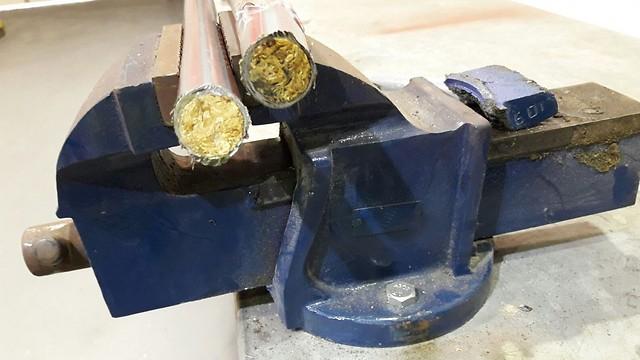 טבק בתוך מקלות המטאטא (צילום: רשות המסים)