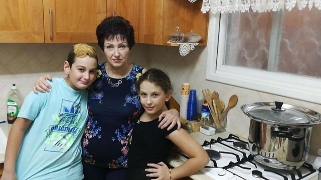במטבח עם סבתא. מאור ושי עם ברכה מרקוביץ מתכוננים לאכול יחד (צילום: עצמי ) (צילום: עצמי )