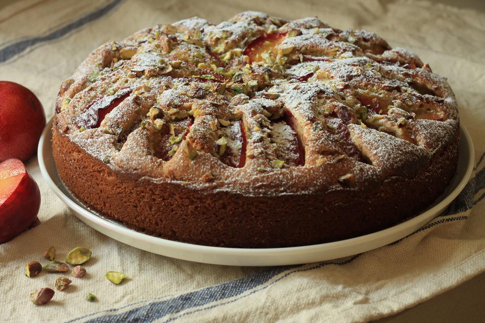 עוגת שזיפים קלה עם פיסטוקים (צילום: אורלי חרמש)