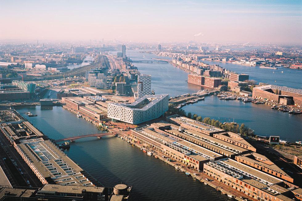 בית הלוויתן (במרכז) בנמל המתחדש של אמסטרדם, נבנה בראשית המילניום בלב שכונת מגורים בצפיפות גבוהה   (צילום: Rene de Wit)