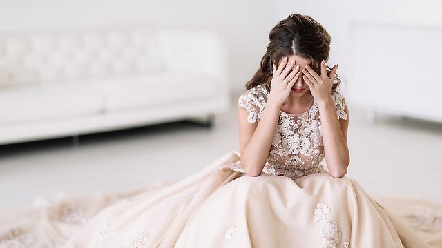 בשמלה לבנה מתחרה, נראית כלל לא קשורה לסיטואציה, מנותקת מהעצמי שלי (צילום: Shutterstock) (צילום: Shutterstock)