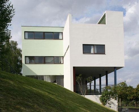 חזית הצד של בית וייסנהוף. חלון הצד מופיע גם בבית המועצה האזורית  (צילום: Tyke, cc)