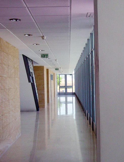 אור טבעי חודר אל כל חללי בניין המועצה, וכל חלקיו של הבניין מקיימים קשר חזותי עם הסביבה (צילום: עילית אזולאי, ווינשטין ועדיה אדריכלים)