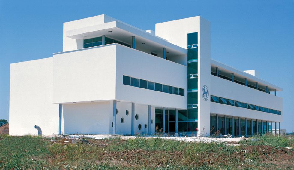 """בניין המועצה האזורית מנשה בתכנונו של משרד וינשטיין-ועדיה, נבנה ב-1999, ומתוכנן, לדברי אדריכל שי ויינשטיין, """"כמרכז אזרחי ברוח עקרונות האדריכלות המודרנית"""". בעיניו מזכיר הבניין בצורתו את בנייני הציבור שנבנו ביישובי האזור בחצי הראשון של המאה העשרים  (צילום: עילית אזולאי, ווינשטין ועדיה אדריכלים)"""