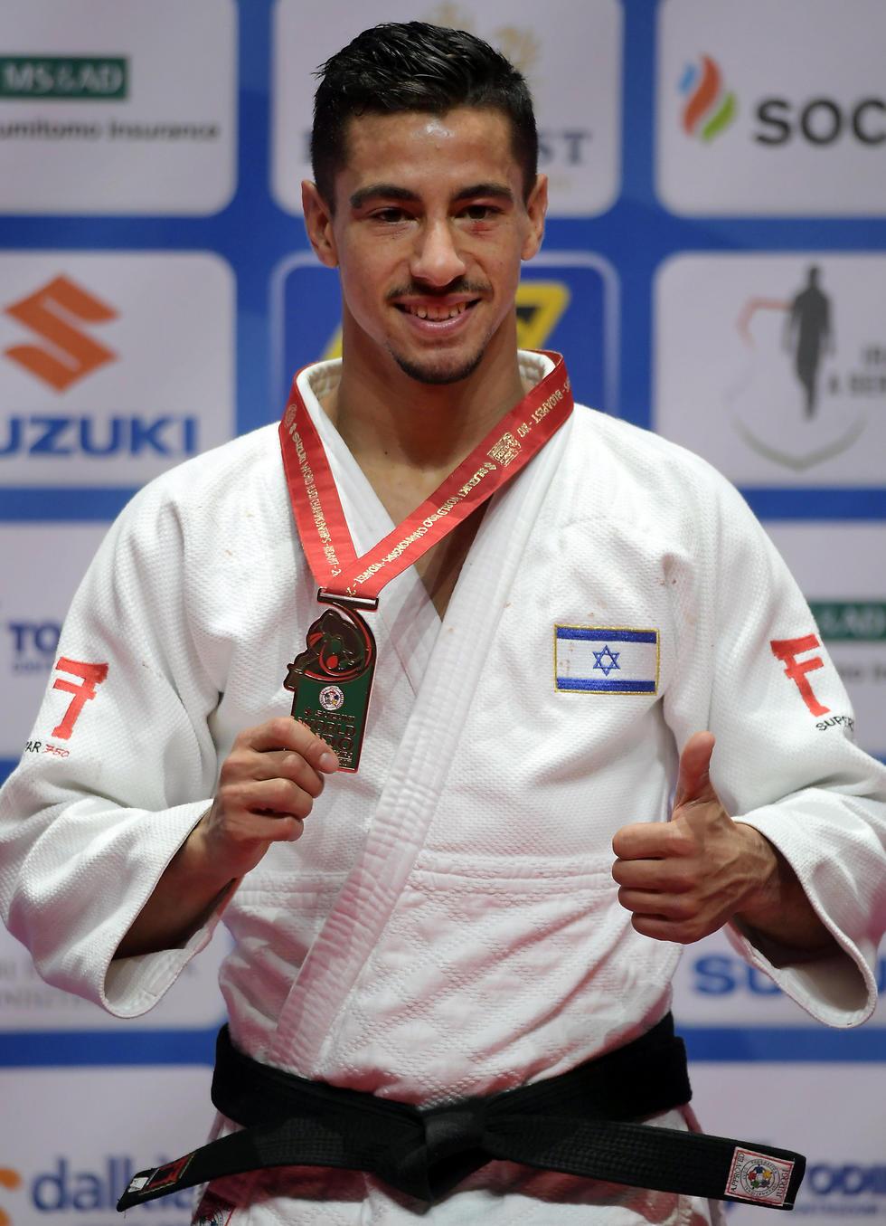 פליקר והמדליה. עשה את העבודה (צילום: AFP) (צילום: AFP)