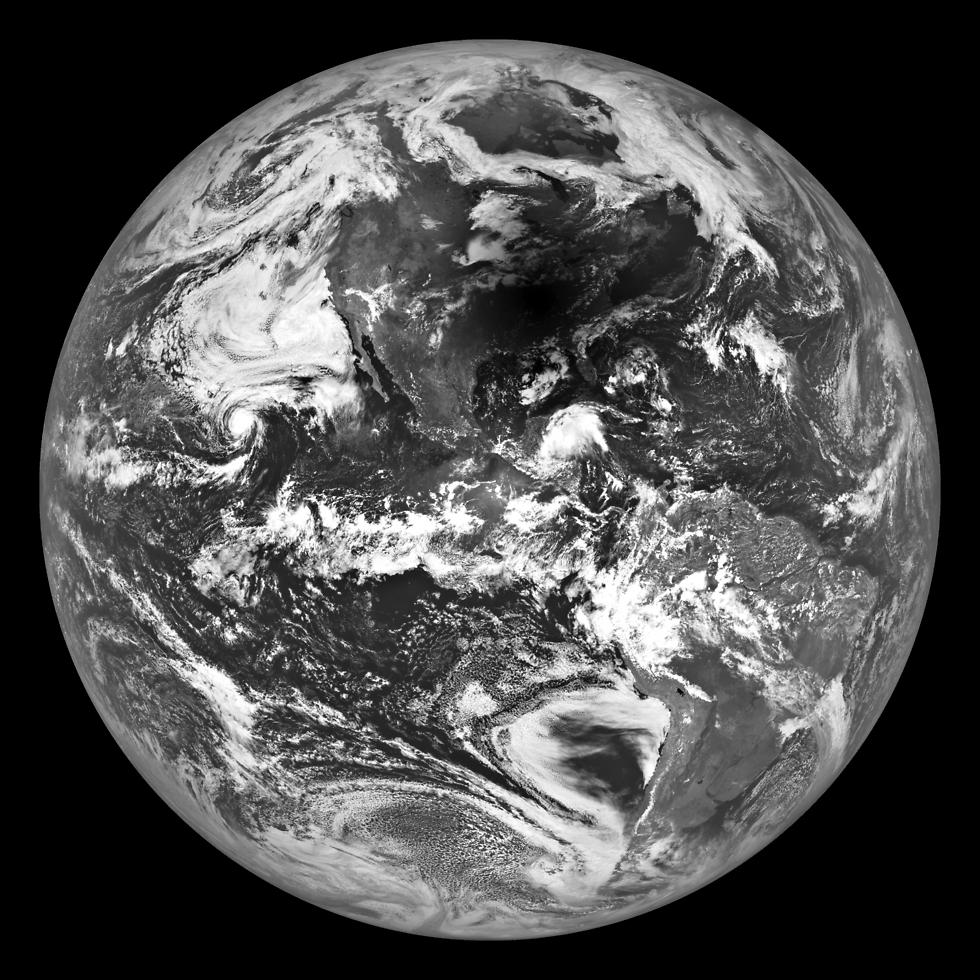 """נקודה שחורה על כדור הארץ (צילום: נאס""""א)"""