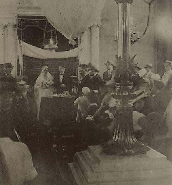 """חתונה בבית הכנסת """"בית שאול"""" בסלוניקי, יוון. התמונה מהמחצית הראשונה של שנות ה-30 של המאה הקודמת (צילום: הספרייה הלאומית)"""