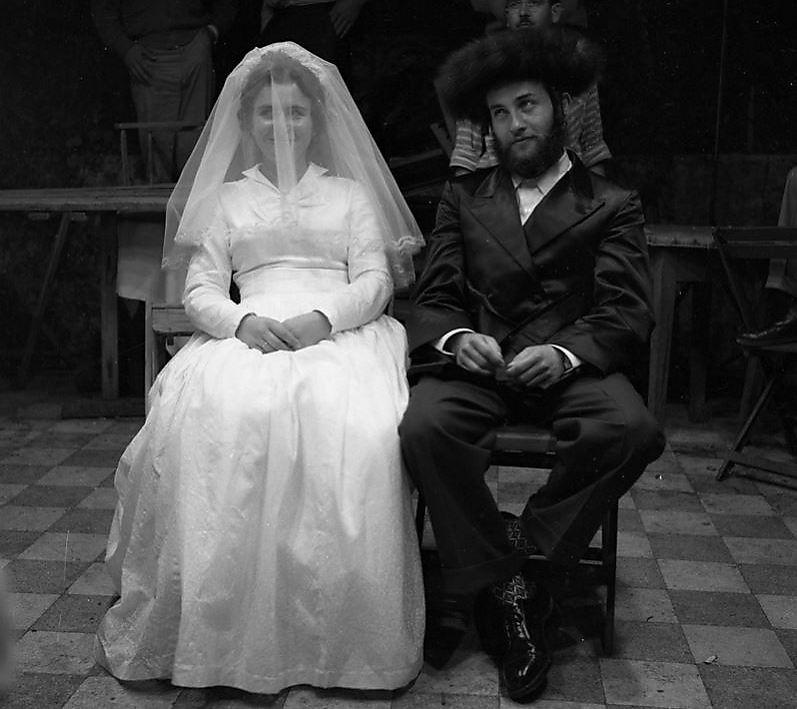 חתונה חסידית, 1959. התמונה לקוחה מאוסף אדי הירשביין (צילום: הספרייה הלאומית)