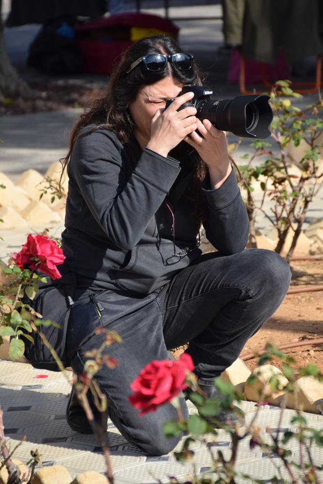 """אנגל מצלמת. """"הצילום פתח בפניי דלתות ותרם לביטחון העצמי שלי"""" (צילום: שוש קמחי)"""