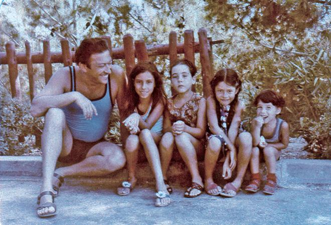 """אביטל אנגל (שנייה מימין) עם האב והאחים. """"במחיצתו של אבא הרגשתי בטוחה ומוגנת"""" (צילום: מתוך אלבום פרטי)"""