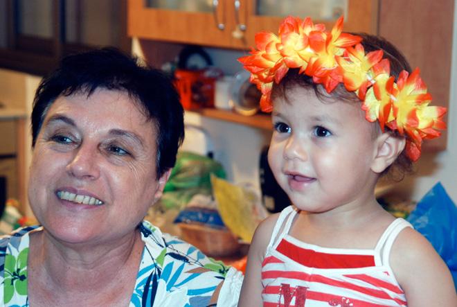 """הבת, שחר, עם סבתה. """"אמא שלי תמכה ועזרה בכל דרך אפשרית"""" (צילום: אביטל אנגל)"""