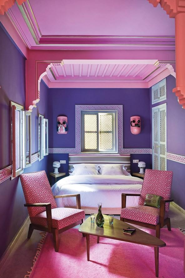 ורוד וסגול: מלון במרקש, מרוקו (Norman Parkinson)