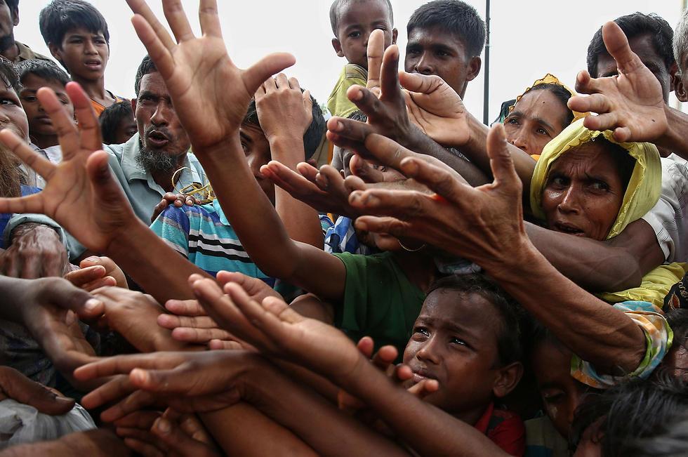 פליטים בני רוהינגה שנמלטו לבנגלדש. כפרים נשרפו, נשים נאנסו (צילום: AFP) (צילום: AFP)