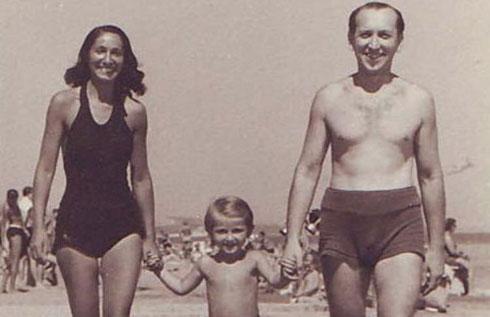 """""""בעולם יש עוד כמה משפחות עם השם, אבל אין להן קשר אלינו"""". גדעון אוברזון הילד עם הוריו, פריץ ולילי (צילום: אלבום פרטי)"""