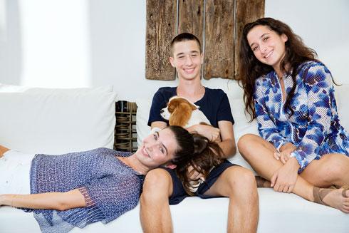 """""""עורכי דין כבר לא ייצאו מהמשפחה הזאת"""". גאיה, דן ונועה אוברזון-שמר (צילום: ענבל מרמרי)"""