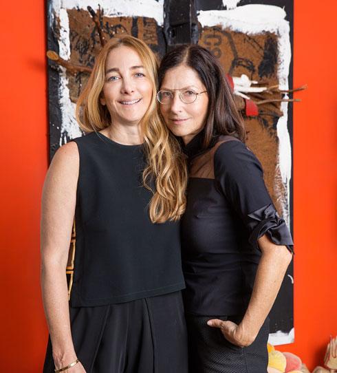 """""""אני בהחלט מוצאת קשר בין הבגדים שאבא וקארן מעצבים לחללים שאני מעצבת"""". האחיות אוברזון (צילום: ענבל מרמרי)"""