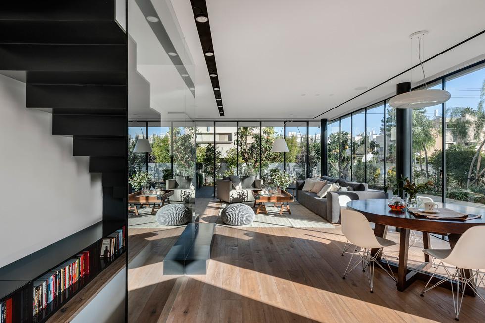 האדריכלים השקיעו בתכנון מדויק ומלא פתרונות אדריכליים ועיצוביים כדי ליצור תחושה של מרחב ופתיחות  (צילום: עודד סמדר)