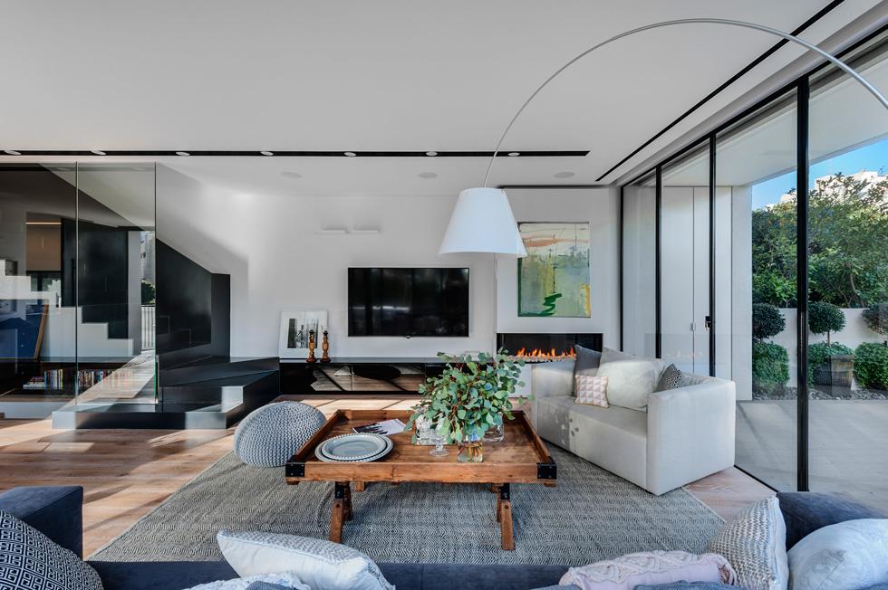 אדריכלות נקייה בסלון. הרהיטים והחפצים מעידים על האופי של האנשים שגרים בבית (צילום: עודד סמדר)