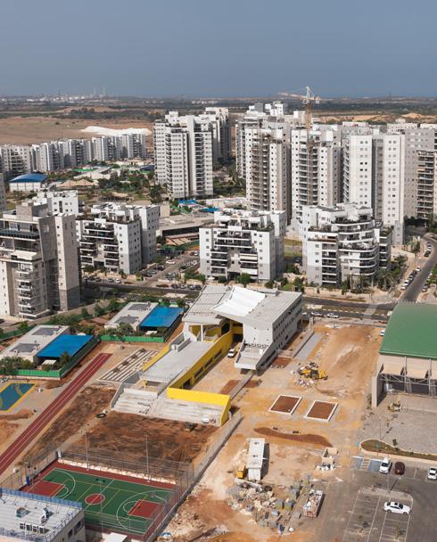 בית הספר חריג ובולט על רקע שכונת המגורים החדשה  (צילום: ליאור גרונדמן)