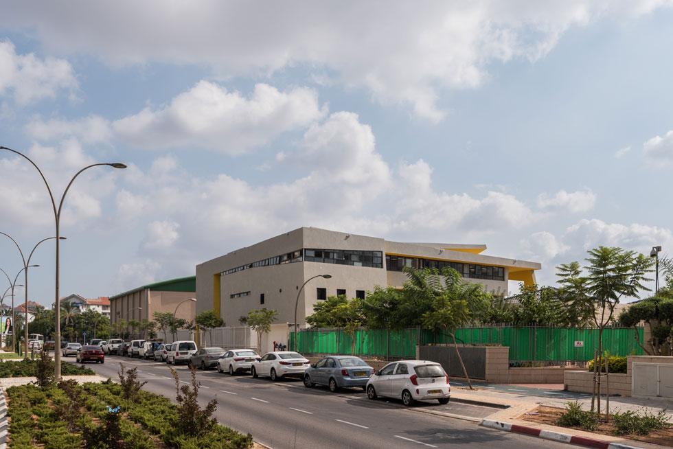 מבט אל החזית האחורית. מבחינת האדריכליות, המרכיב החדשני בפרויקט הוא אולם מרכזי הנמתח לגובה שלוש קומות ומוקף במסדרונות פתוחים   (צילום: ליאור גרונדמן)