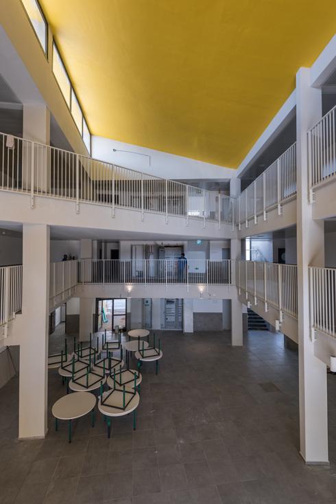 החלל המרכזי מוקף במסדרונות פתוחים ויכול לאכלס את תלמידי בית הספר והוריהם באירועים וטקסים (צילום: ליאור גרונדמן)